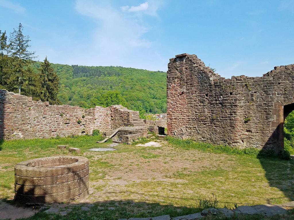 Blick in den Innenhof der Ruine Hinterburg