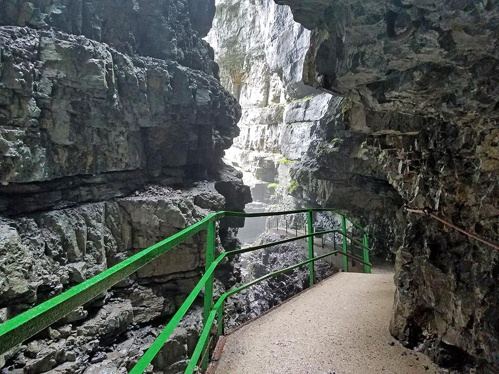 Imposante Felswände führen durch die Breitachklamm