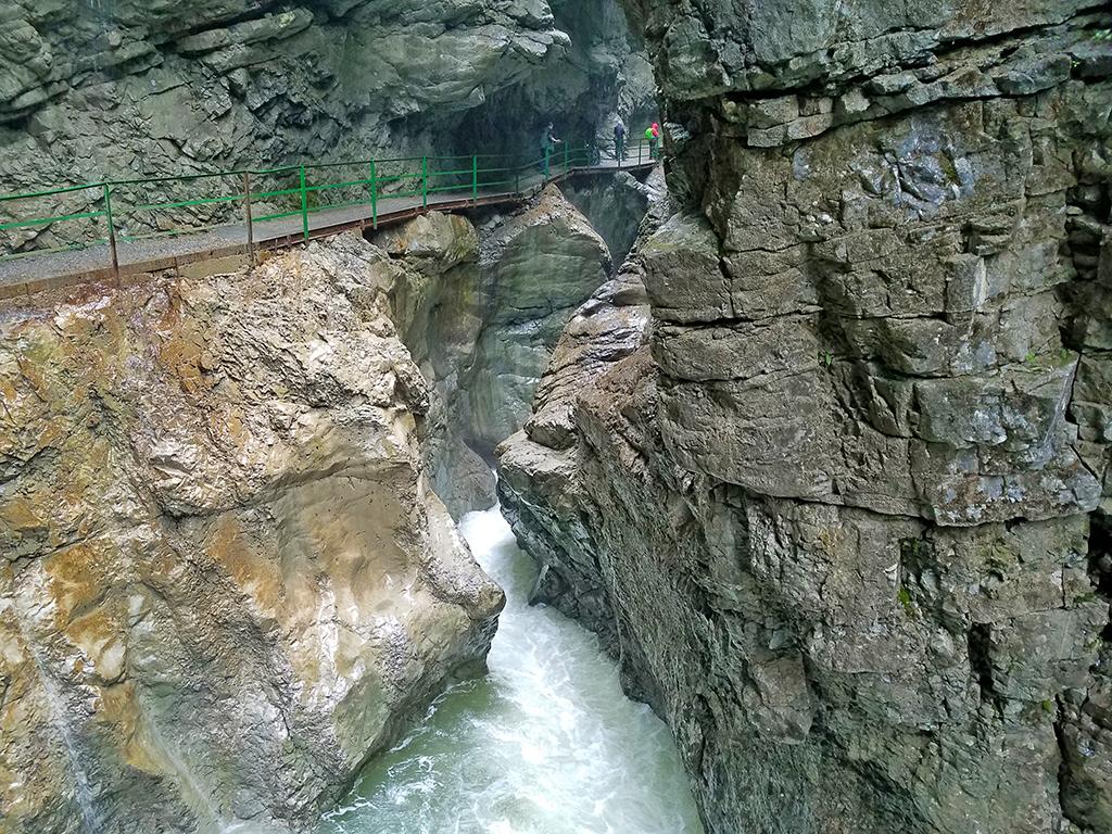 Pfad entlang steiler Felswände