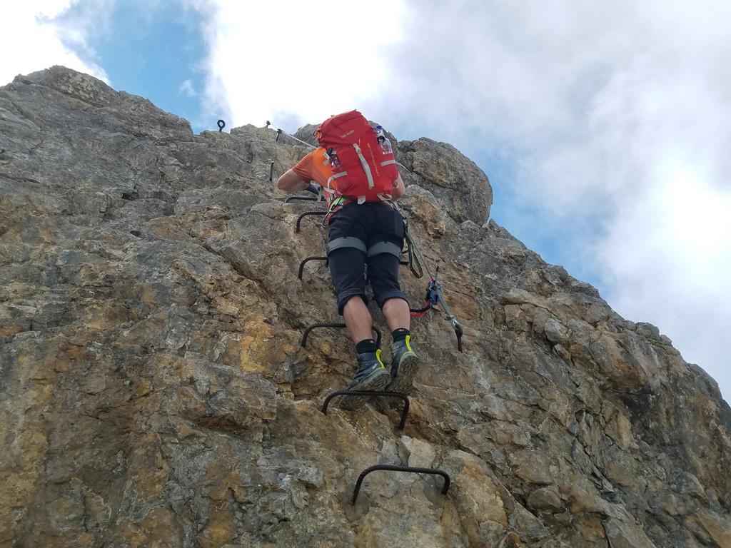 08-Senkrechte Wand im Klettersteig